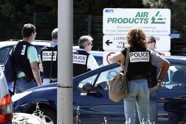 787424-des-policiers-devant-l-usine-air-products-ou-un-attentat-a-ete-commis-le-26-juin-2015-a-saint-quenti