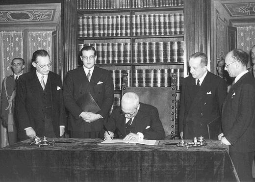 Enrico De Nicola firma la Costituzione alla presenza di Alcide De Gasperi e Umberto Terracini