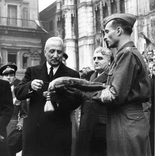 Enrico De Nicola consegna il 24 novembre 1946 al sindaco di Bologna Giuseppe Dozza la medaglia d'oro al valor militare