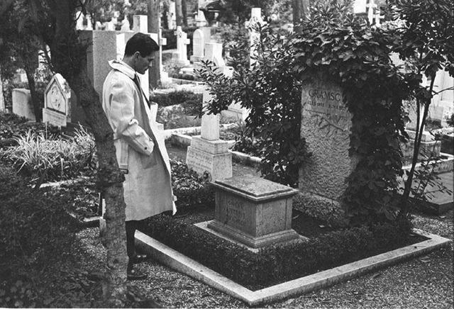 Pasolini davanti la tomba di Gramsci